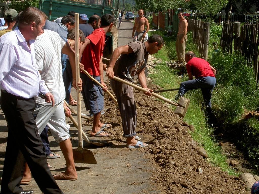 Lucrari la drumul din sat